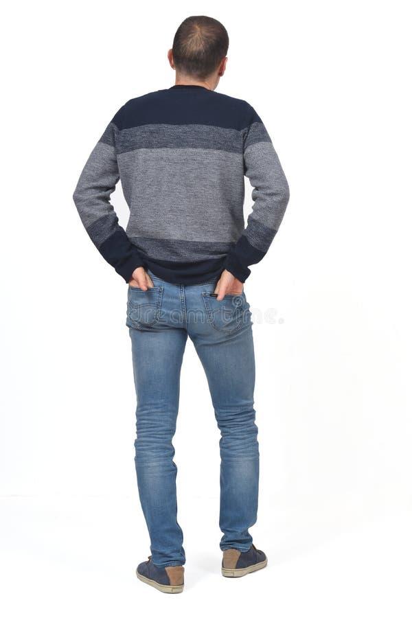 Opinião traseira um homem com mãos nos bolsos da parte traseira imagem de stock