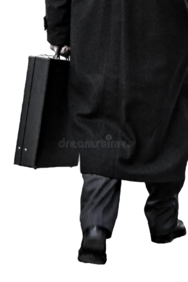 Opinião traseira um homem de negócios com as caminhadas da pasta a tomar partido para trabalhar isolado em um fundo branco fotografia de stock royalty free