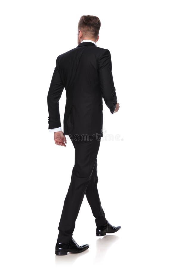 Opinião traseira um homem novo no passeio do smoking foto de stock royalty free