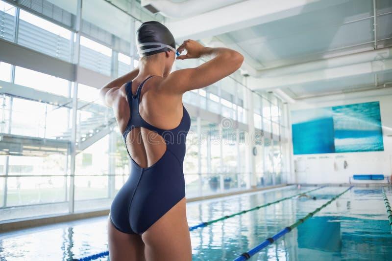 Opinião traseira um nadador do ajuste pela associação no centro do lazer fotografia de stock