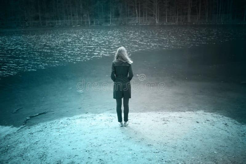Opinião traseira uma pessoa da mulher no lago foto de stock