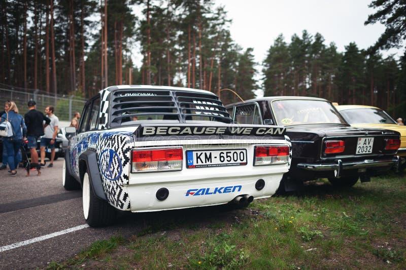 A opinião traseira VAZ tunned do carro de URSS está ficando estacionou na trilha de competência imagem de stock royalty free