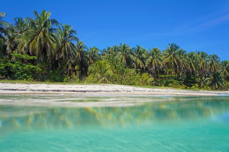 Opinião tropical da praia da superfície da água imagens de stock
