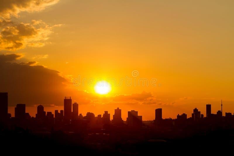 Opinião urbana da paisagem da cidade de construções altas da elevação Silhouetted em fotografia de stock
