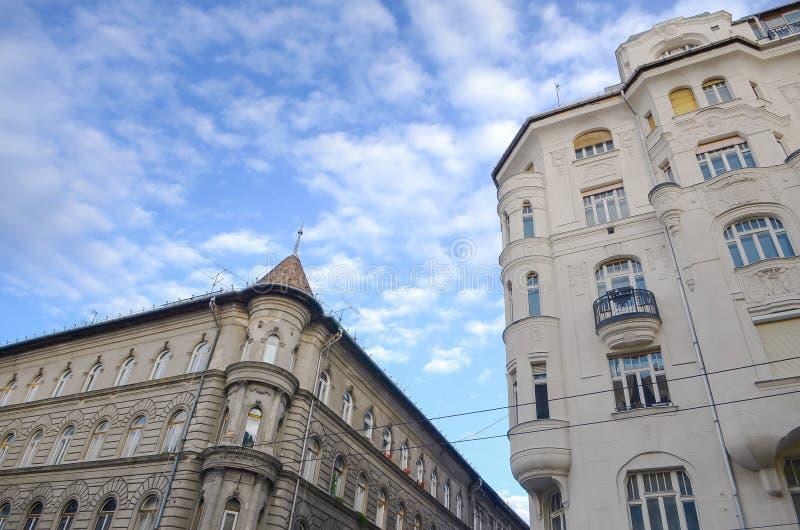 Opinião velha bonita da construção e da rua do céu ensolarado azul inferior arquitetónico histórico em Budapest, Hungria fotos de stock