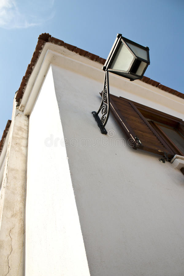 Opinião velha da casa e da lâmpada da vila na vila fotografia de stock royalty free