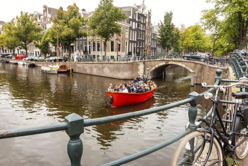 Opinião velha da cidade de Amsterdão com canal da água e arquitetura típica no verão imagem de stock royalty free