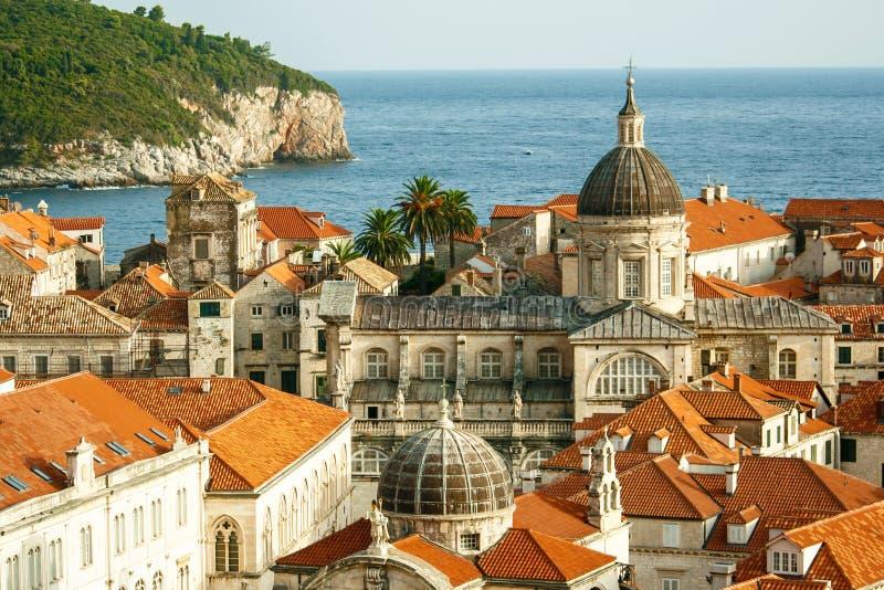 A opinião velha da cidade de Dubrovnik com a catedral da suposição é uma romana - catedral católica no foco principal, Croácia foto de stock royalty free