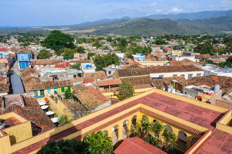 Opinião velha da cidade de San Francisco Convent em Trinidad, Cuba foto de stock