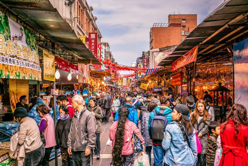 Opinião velha da rua da compra de Dihua jie completamente dos povos em Taipei Taiw imagem de stock