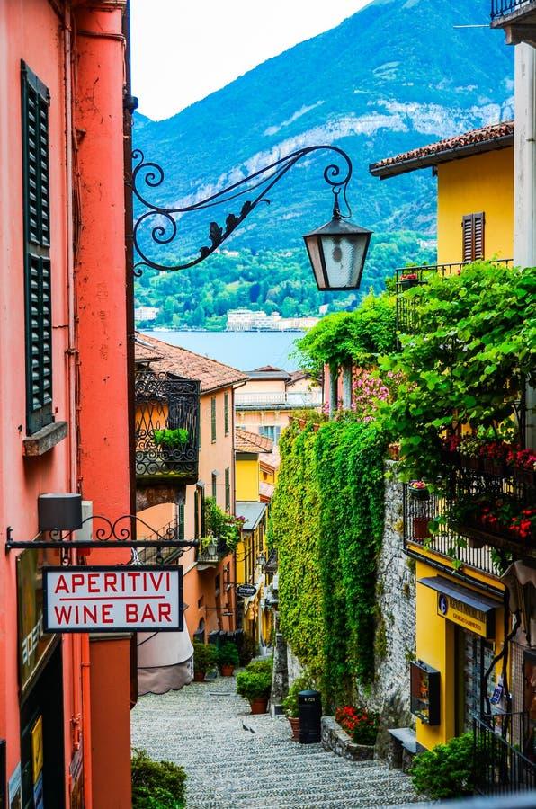 Opinião velha da rua de Bellagio no amanhecer imagem de stock royalty free