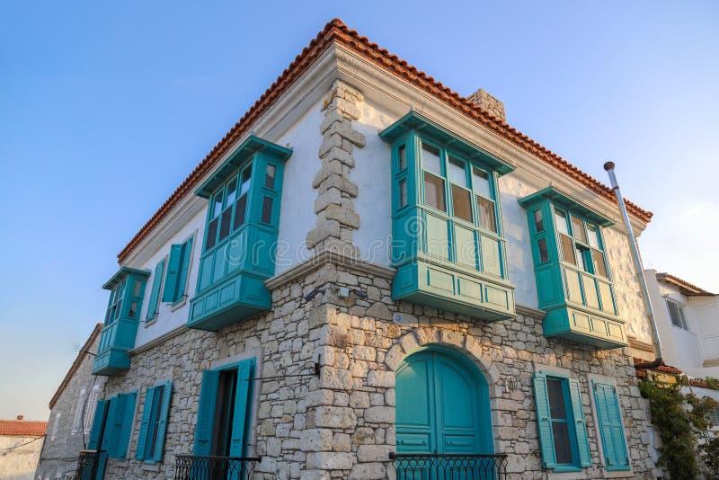 Opinião velha das casas na cidade histórica de Alacati Alacati é destino do turista do populer em Turquia imagem de stock royalty free