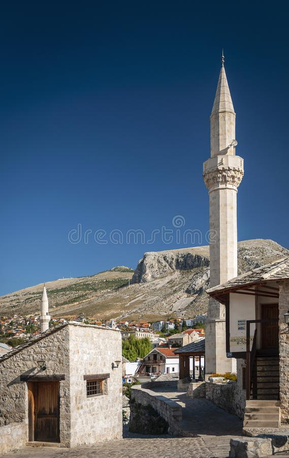 Opinião velha de casas e de mesquita de cidade em mostar Bósnia imagens de stock
