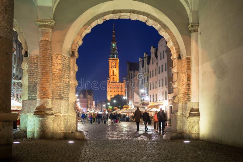 Opinião verde da porta para a câmara municipal de Gdansk na noite fotografia de stock