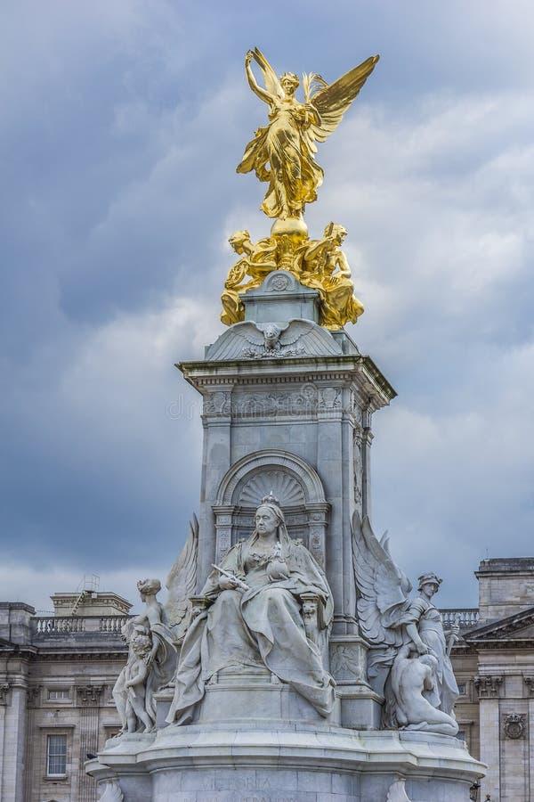 Opinião Victoria Memorial no Buckingham Palace Londres, Inglaterra foto de stock