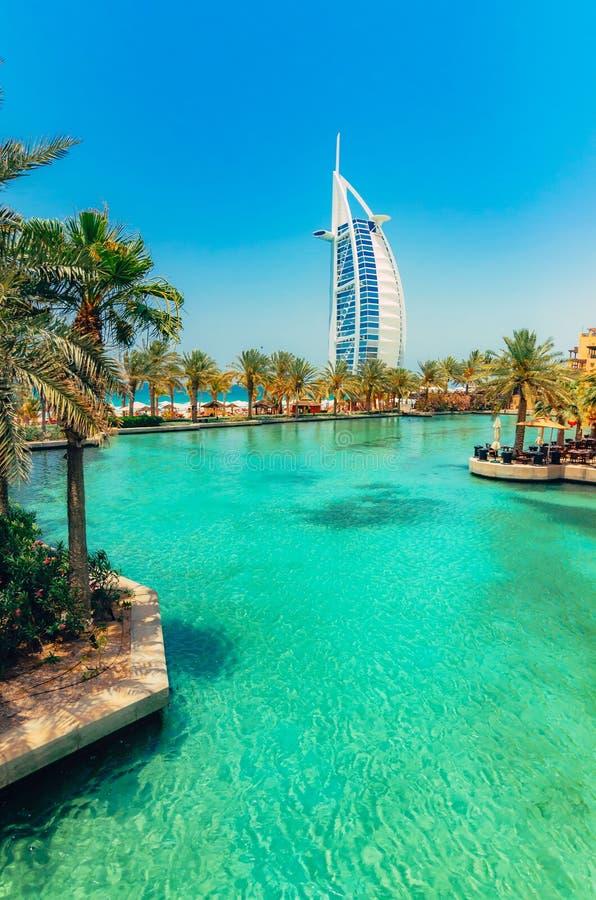 Opinión árabe del al de Burj de Madinat Jumeirah, Dubai Hermosa vista en la vela del hotel Mercado y área que camina con un hermo fotografía de archivo libre de regalías