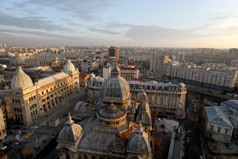 Opinión aérea Calea Victoriei y CEC Palace en Bucarest fotos de archivo