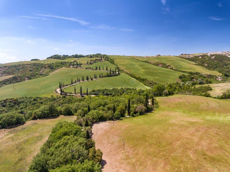 Opinión aérea colinas y cipreses beautifulTuscany en el SE del verano imagenes de archivo