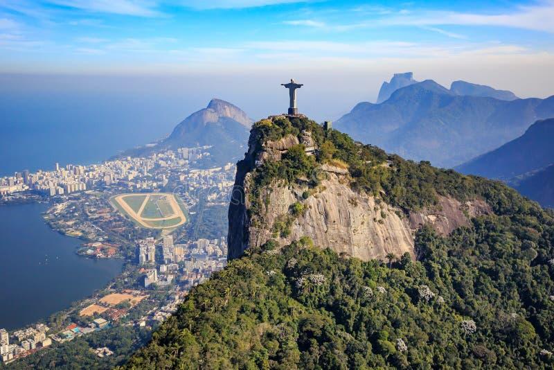 Opinión aérea Cristo la ciudad del redentor y de Rio de Janeiro fotos de archivo libres de regalías