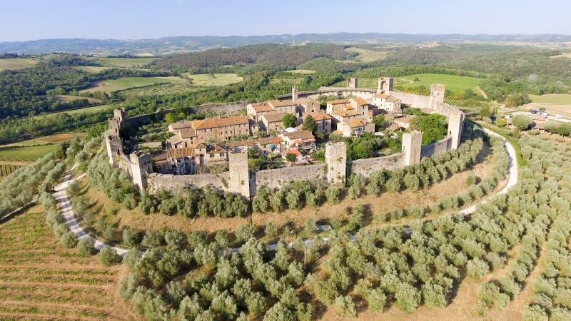 Opinión aérea de Beautiul de Monteriggioni, ciudad medieval de Toscana encendido foto de archivo