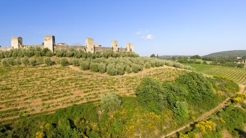 Opinión aérea de Beautiul de Monteriggioni, ciudad medieval de Toscana encendido fotos de archivo