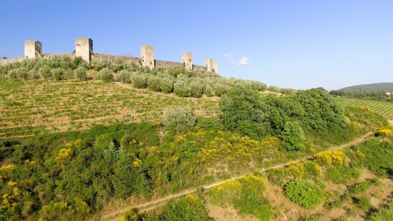 Opinión aérea de Beautiul de Monteriggioni, ciudad medieval de Toscana encendido imagen de archivo