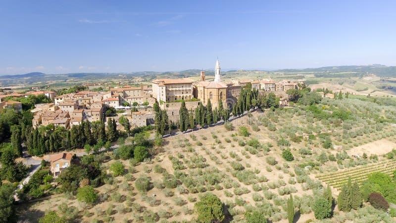 Opinión aérea de Beautiul de Pienza, ciudad medieval de Toscana en el hil fotografía de archivo