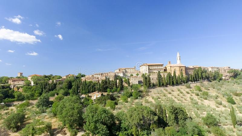 Opinión aérea de Beautiul de Pienza, ciudad medieval de Toscana en el hil imagenes de archivo