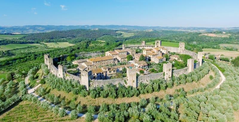 Opinión aérea de Beautiul de Monteriggioni, ciudad medieval de Toscana encendido imagenes de archivo