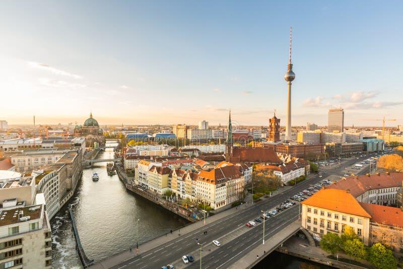 Opinión aérea de Berlín en la puesta del sol fotografía de archivo libre de regalías