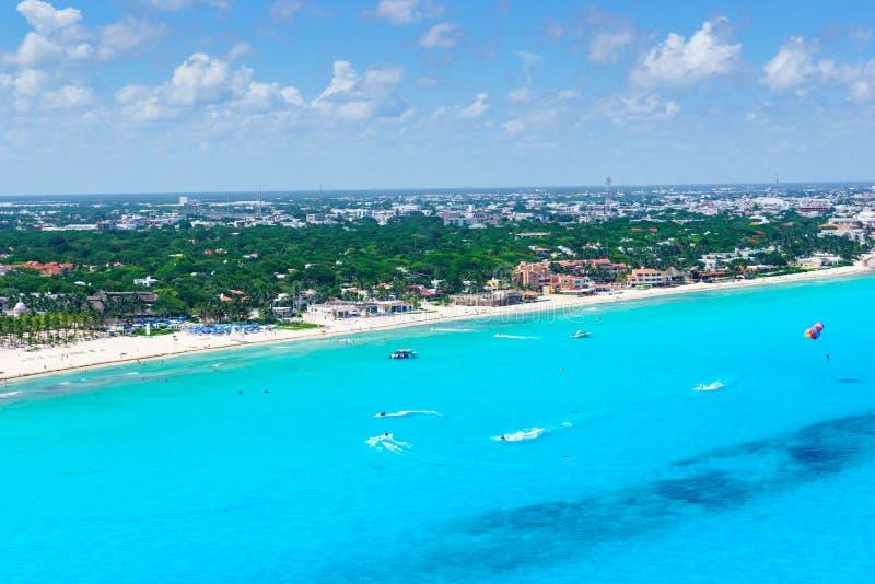 Opinión aérea de Cancun de las playas blancas hermosas de la arena y del agua azul de la turquesa del océano del Caribe foto de archivo