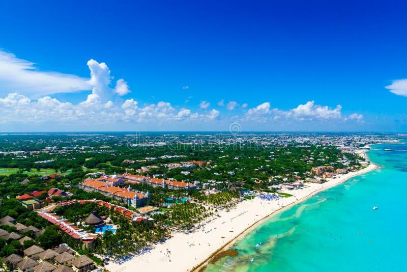 Opinión aérea de Cancun de las playas blancas hermosas de la arena y del agua azul de la turquesa del océano del Caribe imágenes de archivo libres de regalías