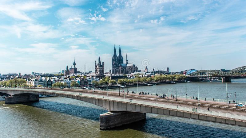 Opinión aérea de Colonia, Alemania sobre el río Rhine fotos de archivo libres de regalías