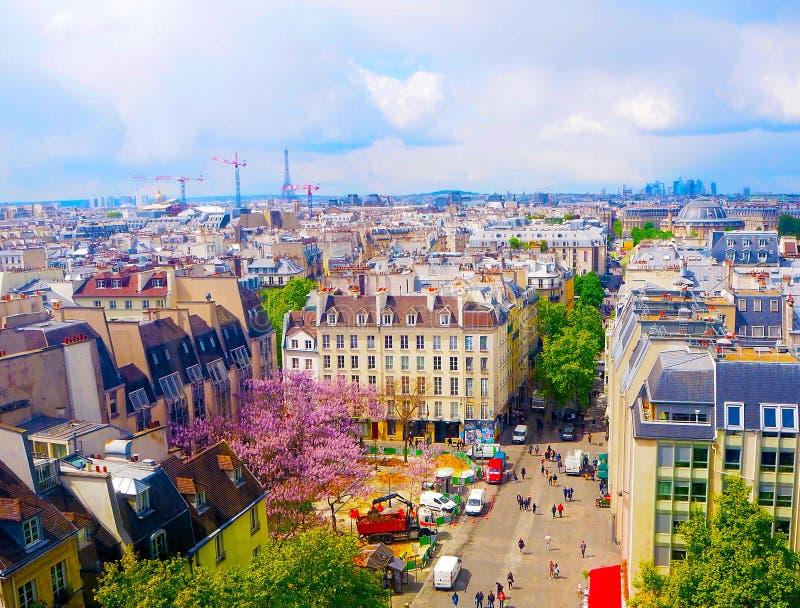 Opinión aérea de edificios hermosos en horizonte en primavera en París, opinión de la ciudad sobre la torre Eiffel, defensa del L imagenes de archivo