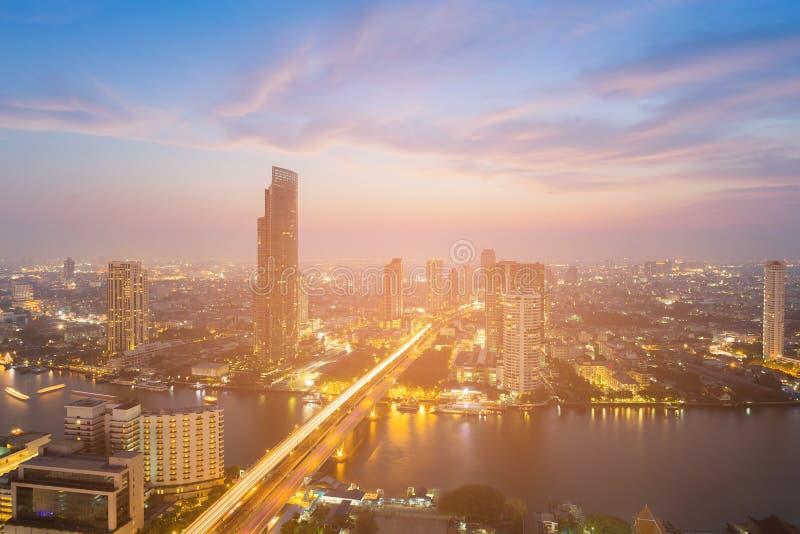 Opinión aérea de la ciudad de Bangkok de la noche con después del fondo del cielo de la puesta del sol foto de archivo libre de regalías