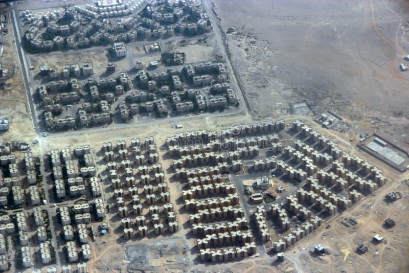 Opinión aérea de la ciudad con los caminos, casas, edificios, en Egipto Vuelo sobre edificios fotos de archivo