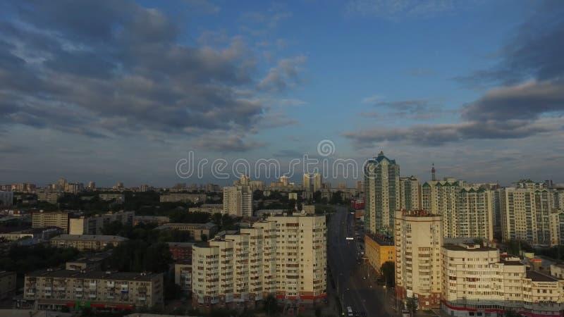 Opinión aérea de la ciudad con los cruces y caminos, casas, edificios, parques y estacionamientos, puentes Paisaje urbano fotografía de archivo libre de regalías
