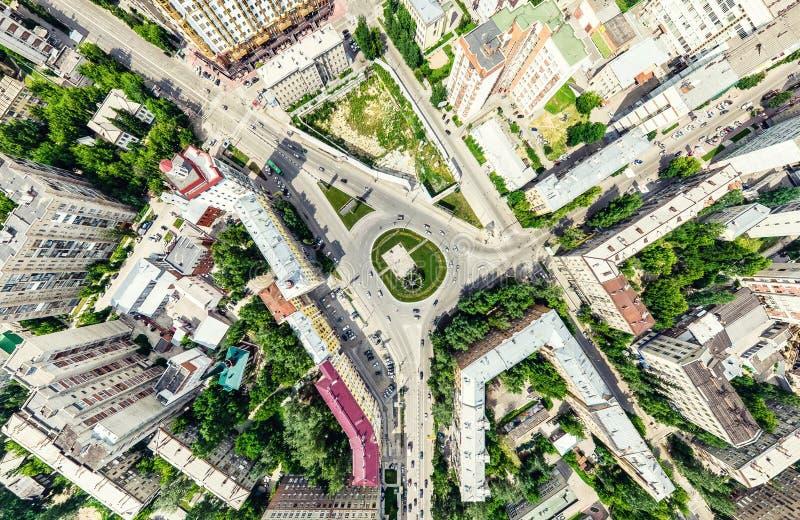 Opinión aérea de la ciudad con los cruces y caminos, casas, edificios, parques y estacionamientos Imagen panorámica del verano so fotografía de archivo