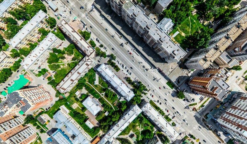 Opinión aérea de la ciudad con los cruces y caminos, casas, edificios, parques y estacionamientos Imagen panorámica del verano so fotos de archivo libres de regalías