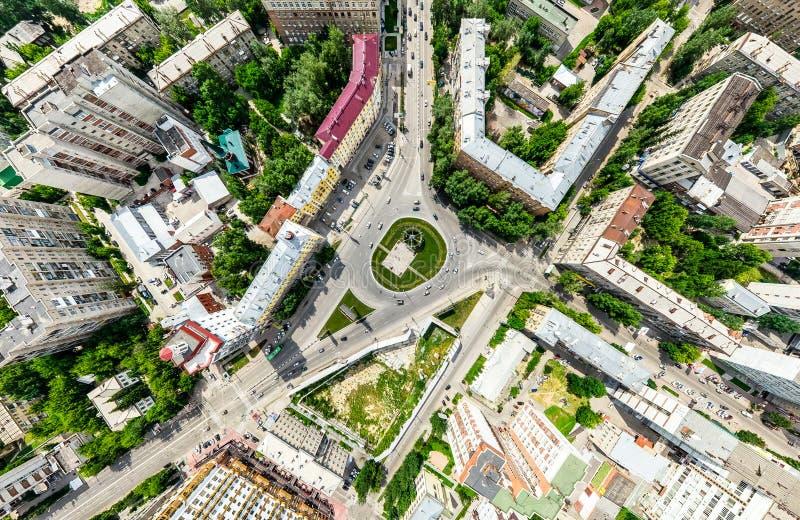Opinión aérea de la ciudad con los cruces y caminos, casas, edificios, parques y estacionamientos Imagen panorámica del verano so fotografía de archivo libre de regalías