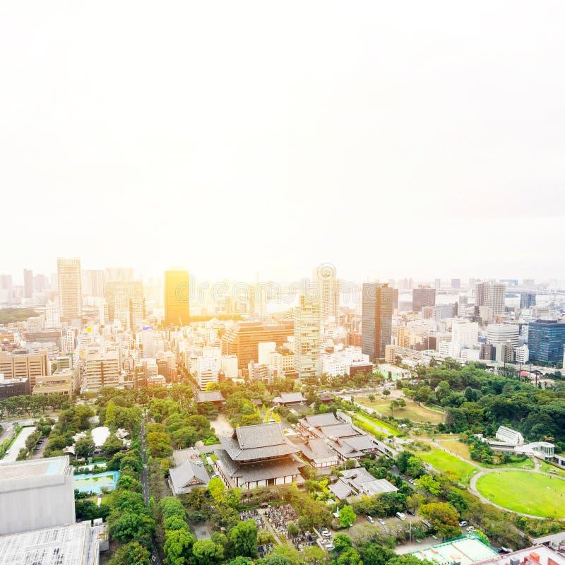 Opinión aérea de la ciudad del horizonte del ojo moderno panorámico del pájaro con la capilla del templo del zojo-ji en Tokio, Ja imagen de archivo