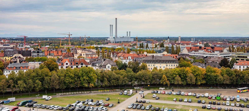 Opinión aérea de la ciudad de Munich sobre el fondo del cielo nublado, Baviera, Alemania fotos de archivo libres de regalías