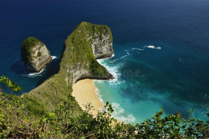 Opinión aérea de la costa maravillosa asombrosa de la playa situada en Nusa Penida, al sureste de la isla de Bali, Indonesia foto de archivo