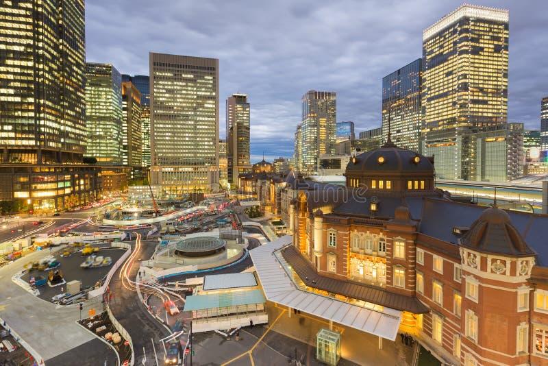 Opinión aérea de la estación de Tokio con el fondo del edificio de oficinas fotos de archivo libres de regalías