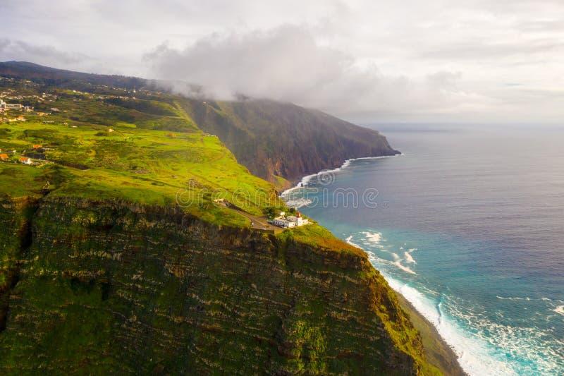 Opinión aérea de la isla de Madeira con Océano Atlántico imagen de archivo libre de regalías