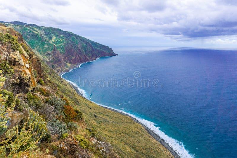 Opini?n a?rea de la isla de Madeira con Oc?ano Atl?ntico, las ondas blancas, los acantilados y la naturaleza foto de archivo libre de regalías