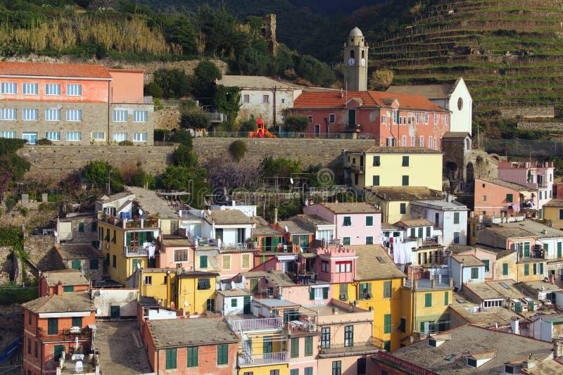 Opinión aérea de la mañana que sorprende del pueblo de Vernazza Edificios coloridos antiguos entre las montañas y el mar fotografía de archivo libre de regalías