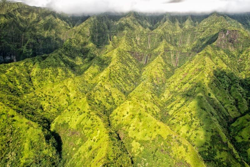 Opinión aérea de la montaña del verde de Kauai imagen de archivo