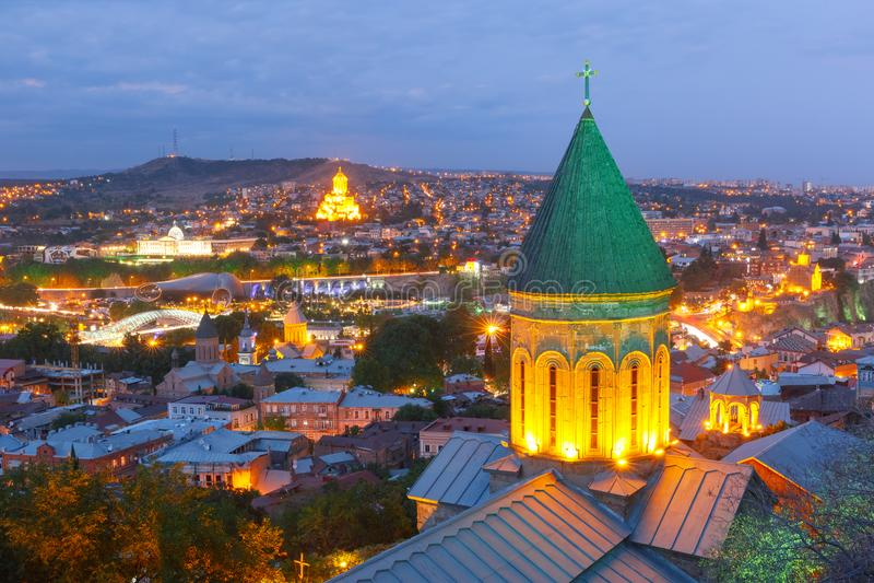 Opinión aérea de la noche de la ciudad vieja, Tbilisi, Georgia fotos de archivo libres de regalías