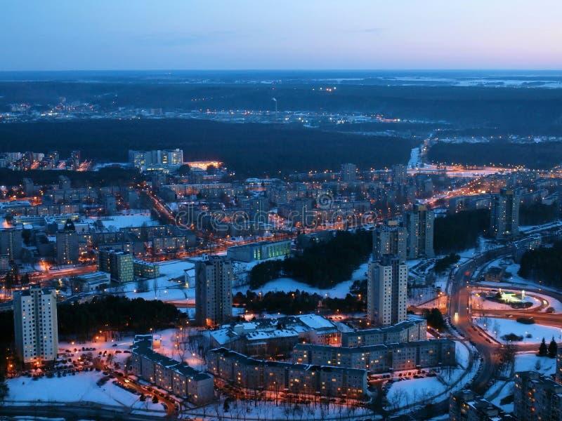 Opinión aérea de la noche de la ciudad de Vilna foto de archivo